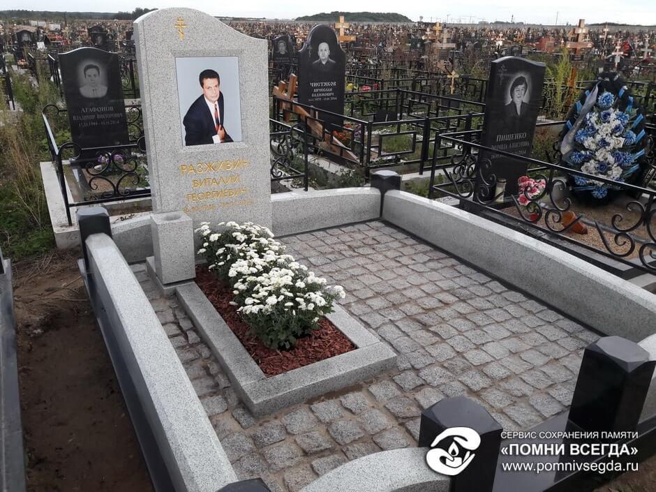 Мемориальный комплекс из двух видов гранитов Курчатов вертикальные памятники Дубровка (14 линия)